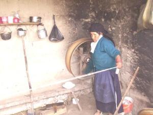 spinning yarn in Ecuador